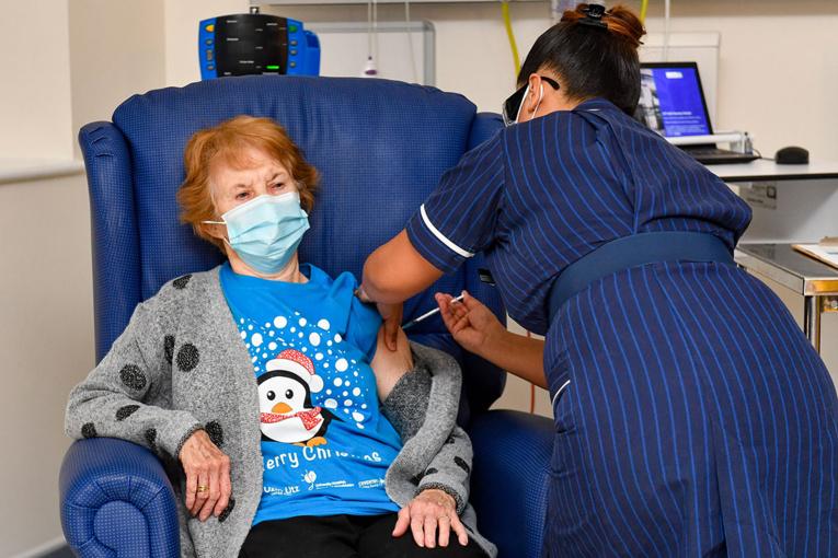Coronavirus: Margaret Keenan, presque 91 ans, première Occidentale vaccinée