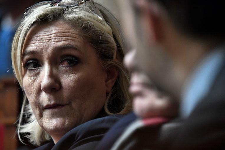 """N-Calédonie: Marine Le Pen demande que l'Etat """"reprenne la main"""""""