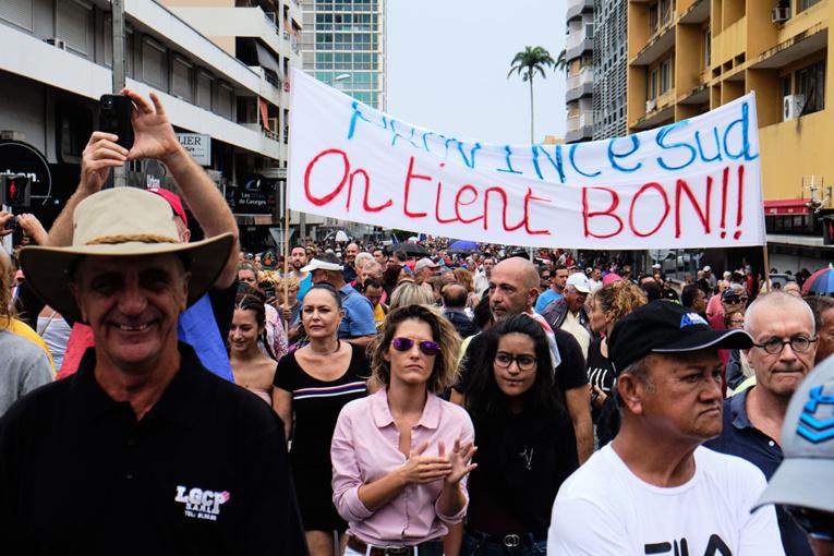 """Nouvelle-Calédonie: plus de 20.000 personnes manifestent """"contre les blocages et la violence"""""""
