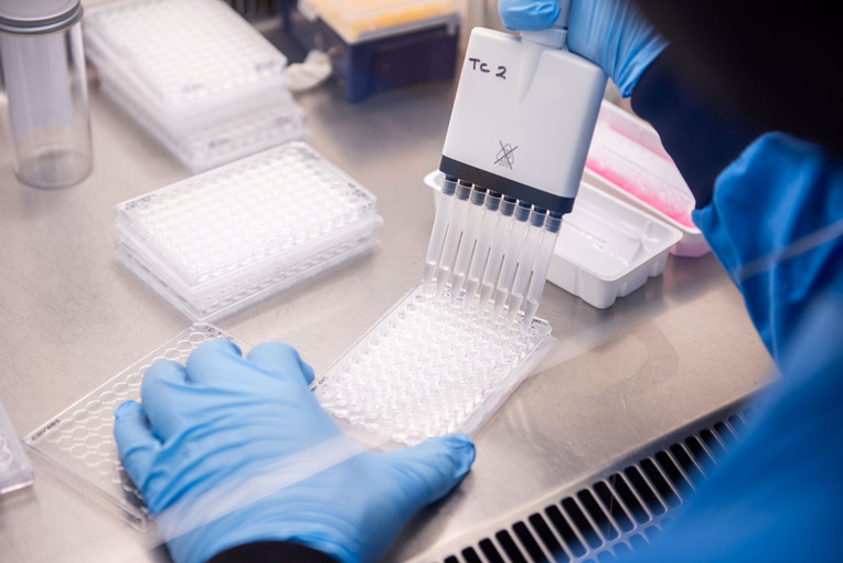 Coronavirus: une mutation interroge, Londres serre la vis