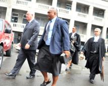 La manager du Fiji times Hank Arts à gauche et le redacteur en chef,  Fred Wesley arrivent au tribunal (photo fiji sun)
