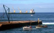 Les bateaux ravitaillant Norfolk, aujourd'hui encore, ne peuvent le faire que grâce à des baleinières, faute de port en eaux profondes. Il n'y a qu'une petite jetée (photo Steve Daggar).