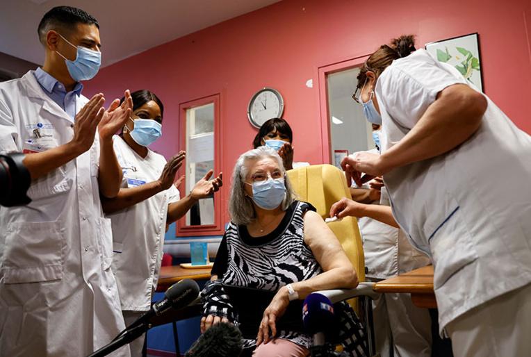 Covid-19: la campagne de vaccination française est lancée