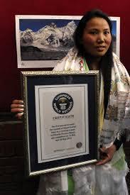 Une Népalaise vainc l'Everest deux fois dans la semaine, un record