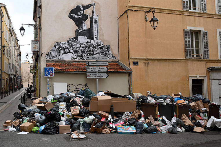 Grève d'éboueurs à Marseille: les CRS déployés pour débloquer un dépôt