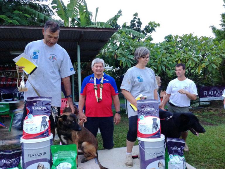 Concours de chien de défense : Ermak De La Cité Des Pluies bat le Champion de Polynésie d'un petit point