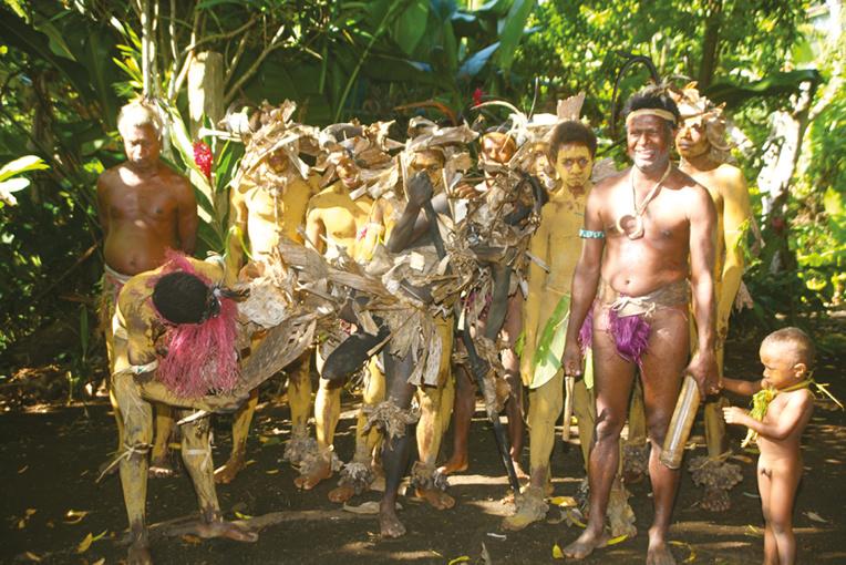 """La terre ocre sert, comme à l'île de Pâques, de """"costume"""" et de parure pour de nombreux danseurs masculins."""