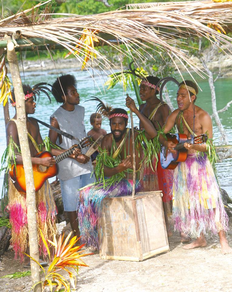 Quand un paquebot ou un groupe de touristes arrive, vite on improvise un orchestre avec des instruments modernes.