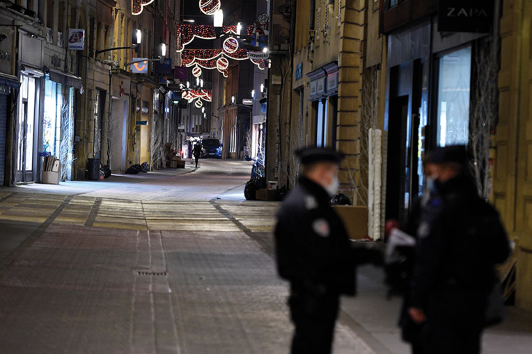 Covid-19: la France, en alerte, va étendre les couvre-feux