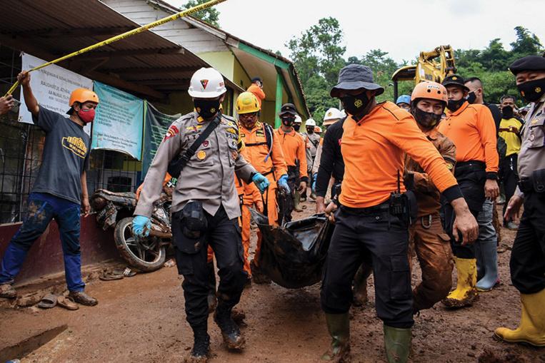 Indonésie: onze morts et de nombreux disparus dans un double glissement de terrain
