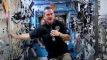 Le nouveau chef de l'ISS donne une conférence de presse en apesanteur