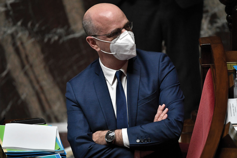 Face au Covid, le gouvernement français s'efforce de maintenir le calendrier scolaire