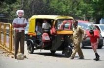 Inde: des policiers en carton pour faire respecter le code de la route
