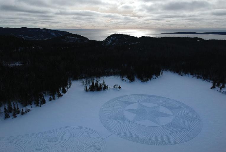 """Au Canada, un artiste de la """"raquette à neige"""" fait sensation"""