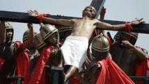 Vendredi saint: traditionnelles scènes de crucifiement aux Philippines