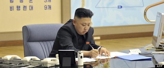 Corée du Nord: des cartes militaires à l'arrière-plan de photos officielles