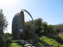Erigé en bord de mer près de la plage de Kaingaroa sur l'île de Chatham, ce monument est dédié à la mémoire de Torotoro, premier Moriori à avoir été tué en 1791 par un membre d'équipage du Chatham commandé par William R. Broughton (Photo Lawrie Mead).