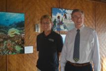 Andrew Bruckner, le responsable scientifique et Philip G. Renaud le capitaine de la fondation Living Oceans devant quelques-unes des photographies de la mission exposées au Coco's à Punaauia.