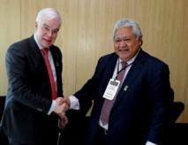Pim van Ballekom, Vice-président chargé du Pacifique à la Banque Européenne d'Investissement (BEI) et Tuilaepa Sailele Malielegaoi, Premier ministre samoan, signent un accord de financement.
