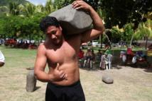 Sports traditionnels : Le « géant de Tubuai » soulève une pierre de 160 kg