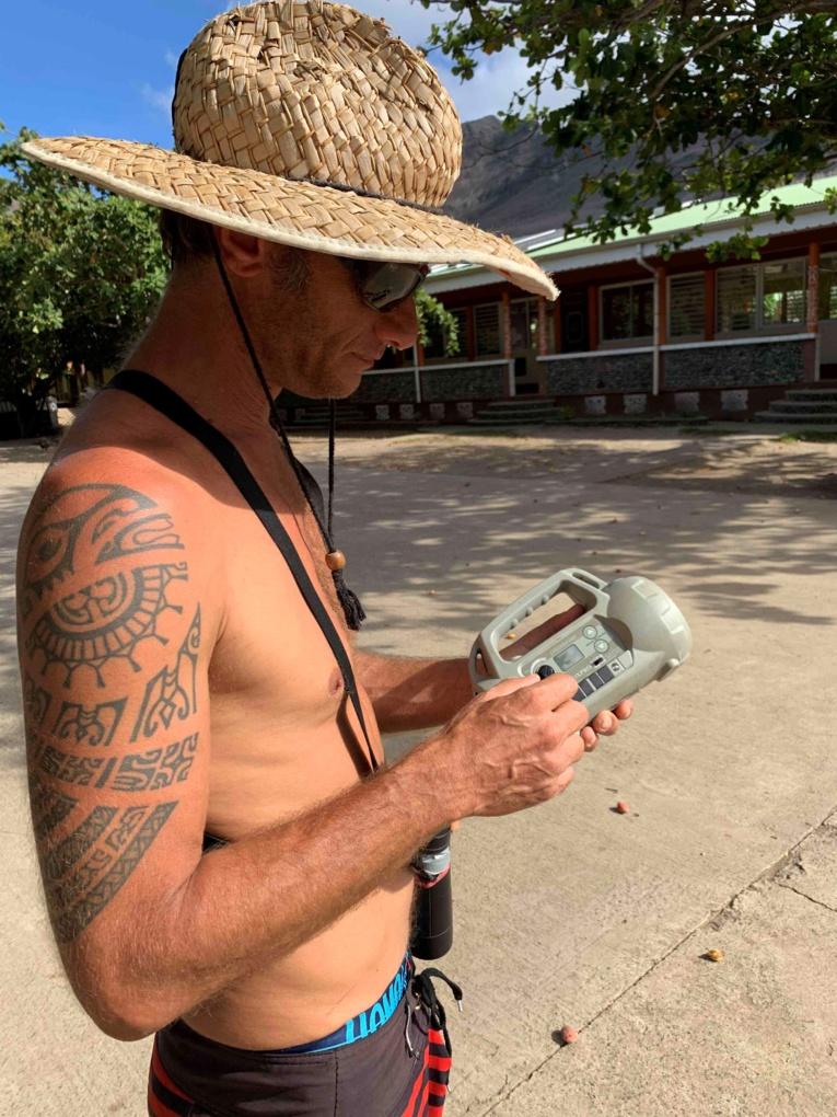 Thomas Ghestemme de l'association Manu SOP essaie de repérer des bulbuls dans le village de Hakahau.