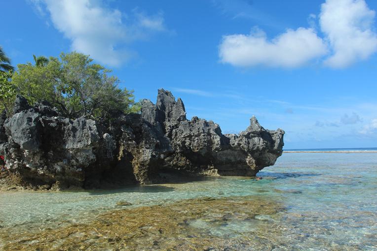 L'élévation d'une partie du récif de Tikehau est bien visible sur ce point de la côte, baptisé la cloche de Hina