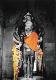 Cette statue représente le dieu Vishnu transformé en Lokesvara dans le temple d'Angkor Vat. Le Lokesvara est une forme non encore accomplie du Bouddha appelé Boddhisatva compatissant. Cette transformation montre combien les deux religions dominantes, bouddhisme et hindouisme, ont pu se mêler sur ce site.