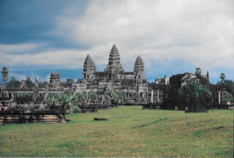 """Angkor Vat est un nom moderne signifiant """"capitale monastère"""". Ce temple d'Etat a été bâti au XIIe siècle par le roi Suryavarman II. Il était dédié au dieu Vishnu. C'est le monument le mieux conservé de tous les temples khmers, car il est toujours un monastère et un lieu de culte (bouddhiste) depuis sa redécouverte au XVIe siècle (par le roi Ang Chan)."""