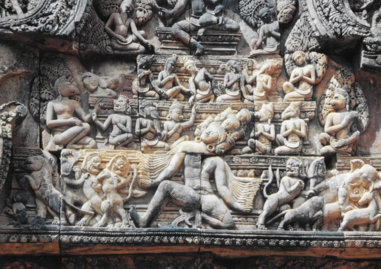 Les sculptures de Banteay Srei atteignent un degré de finesse inégalé à Angkor. Ce sont ces pièces que Malraux entendait revendre illégalement à des collectionneurs avant qu'il ne se fasse arrêter à son retour à Phnom Penh.