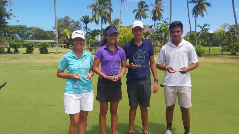 Rarau Taerea-Pani (centre gauche) et Ari de Maeyer (centre-droit), les champions de Polynésie de golf, aux côtés de leurs adversaires en finale, Laina Faraire et Tuaraina Tamata.