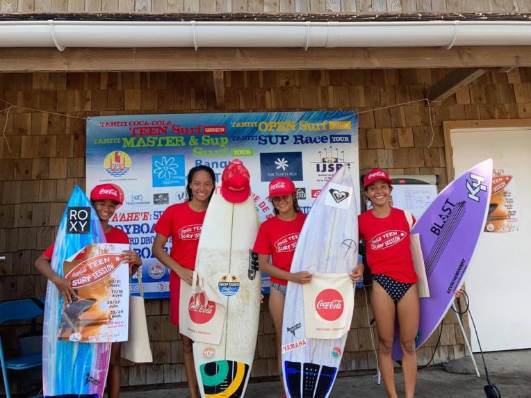 Kohai Fierro (extrême gauche) a remporté la finale dans la catégorie ondien 15-18 ans grâce à une note de 12.27. (photo : Tahiti Iti Surf Club)