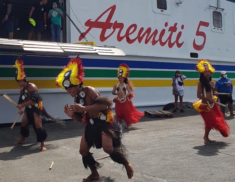 Les passagers de cette première traversée ont été accueillis par une troupe de danse sur le quai de Vaitape.