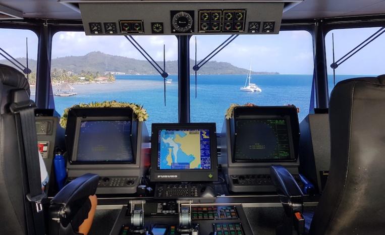 Le poste de pilotage de l'Aremiti 5, au quai de Bora Bora