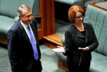 la Première ministre australienne Julia Gillard introduit son Trésorier Wayne Swan avant son discours budgétaire