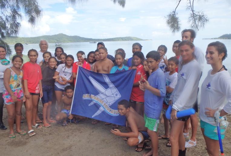 Les collégiens et l'équipe de l'aire marine éducative.