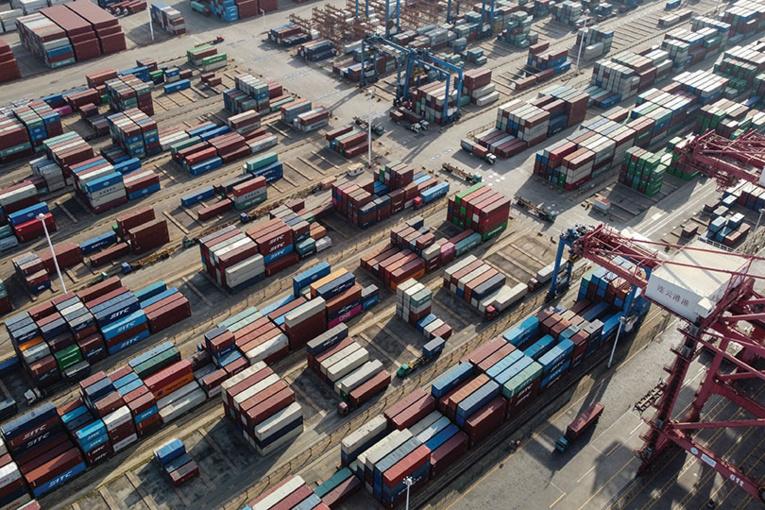 Les embouteillages s'aggravent dans les ports mondiaux avec un fret submergé par la pandémie