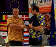 L'ambassadeur Andrew Jacobs (d), chef de la délégation de l'UE pour le Pacifique signe avec David Sheppard (g), Directeur Général du Programme Régional Océanien pour l'Environnement (PROE). (Source photo : délégation de l'Union Européenne)