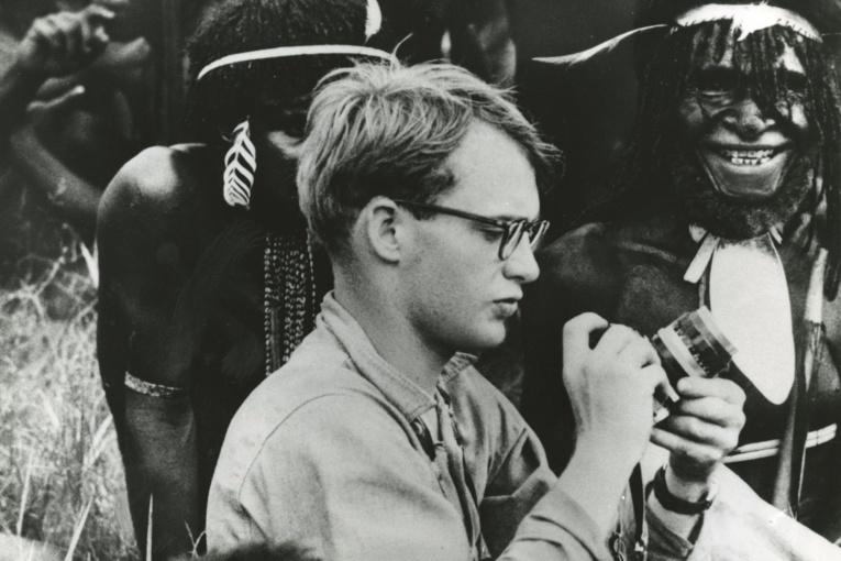 Le jeune Michael Rockefeller n'avait que 23 ans lorsqu'il disparut sur la côte sud de l'Irian Jaya, en voulant se rendre, bien imprudemment, dans un village Asmat. Il fallut attendre des années pour que son meurtre soit confirmé.