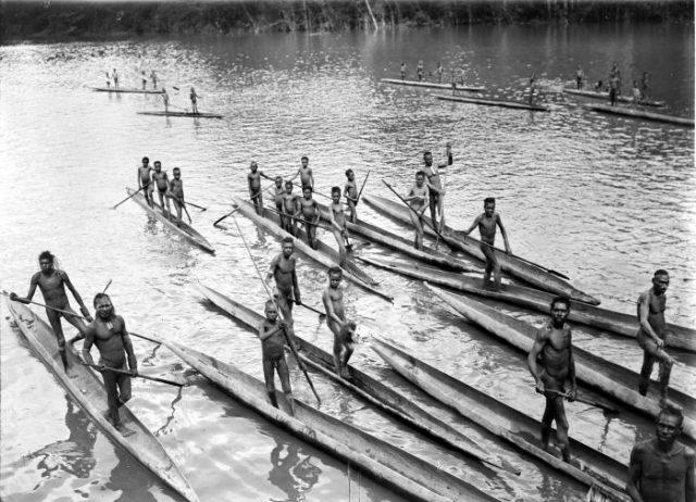 Cette photo date d'une expédition qui eut lieu en 1912 et 1913 ; elle montre des guerriers Asmats sur la Lorentz River. Ils étaient alors de redoutables chasseurs de têtes et des cannibales convaincus.
