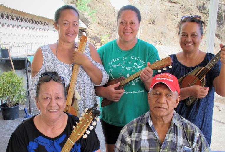 Pori fabrique et vend ses ukulele, et depuis peu il offre des cours à ses clients.