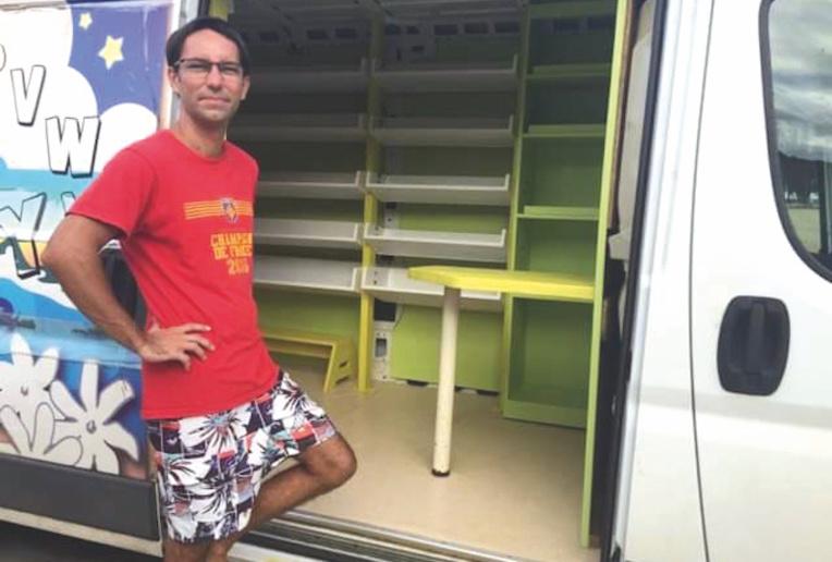 Philippe Rodriguez, charpentier, a gracieusement rénové l'intérieur du bibliobus de Moorea