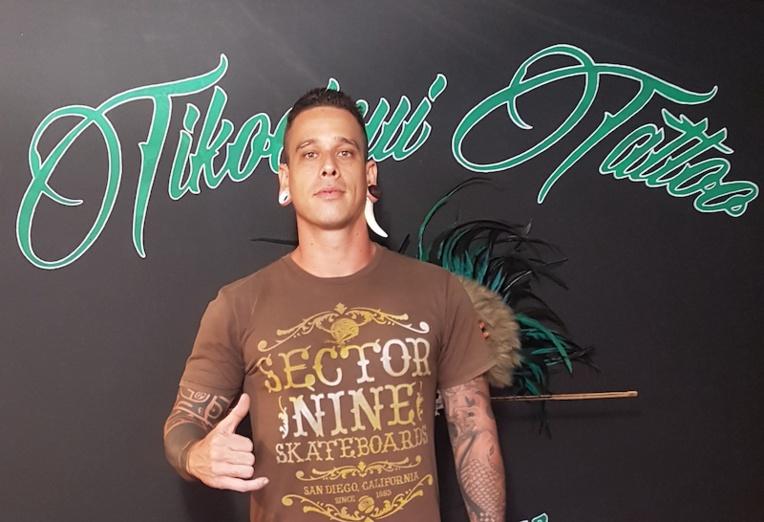 Kaha dans son studio de tatouage Tikoheinui Tattoo à Atuona.