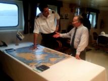 L'ambassadeur de France à Fidji et à Tonga, Gilles Montagnier, et le capitaine de l'Île de Ré, Jean Malo Brand-Gazeau, à bord du navire.