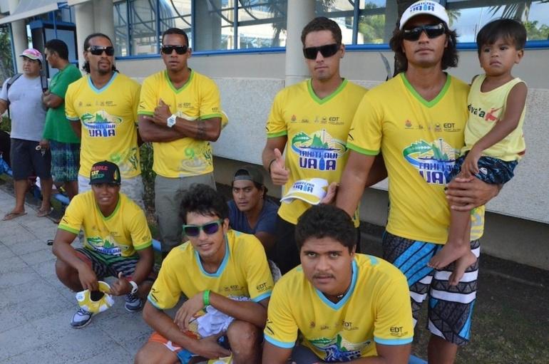 Les rameurs de l'équipe Shell-Vodafone, vainqueurs de la Tahiti Nui Va'a 2013