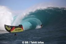 Teahupo'o : Raimana Van Bastolaer fonce dans une voile de kite