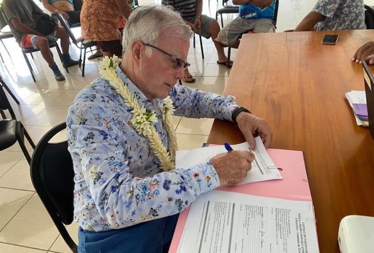 Dominique Auroy, de la société Avatea, a signé quatre premières conventions avec des agriculteurs de Tumaraa pour planter de la canne à sucre.