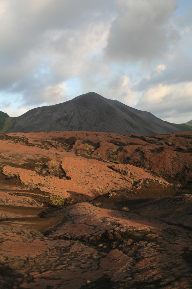 A l'approche du cratère, les coulées de lave forment un impressionnant tapis craquelé sur plusieurs kilomètres carrés.