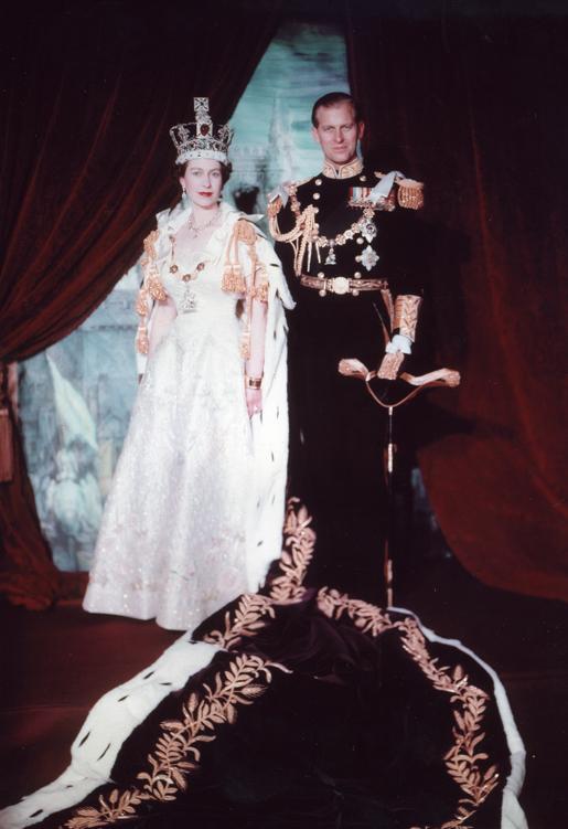 Le mariage d'Elisabeth II et du prince Philip, duc d'Edimbourg, a fait l'objet d'une interprétation quelque peu extravagante à Tanna, puisque dans les villages du sud-ouest de l'île, on pense que le prince n'est autre que le dieu noir de l'île, Karapanenum, déguisé en homme blanc. Il était donc vénéré jusqu'à sa mort, le 9 avril dernier (photo Cecil Beatton Library and Archives Canada).