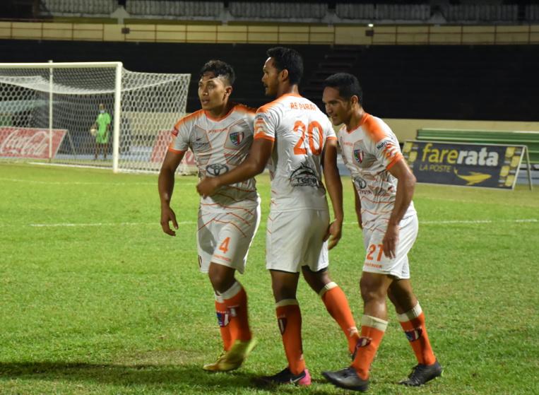 Tamatoa Tetauira, ancien joueur de Dragon, félicité par Alvin Tehau et Hennel Tehaamoana après son premier but de la soirée.