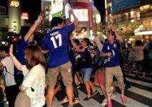 Japon: un policier salué pour avoir brillamment dompté les fans de foot